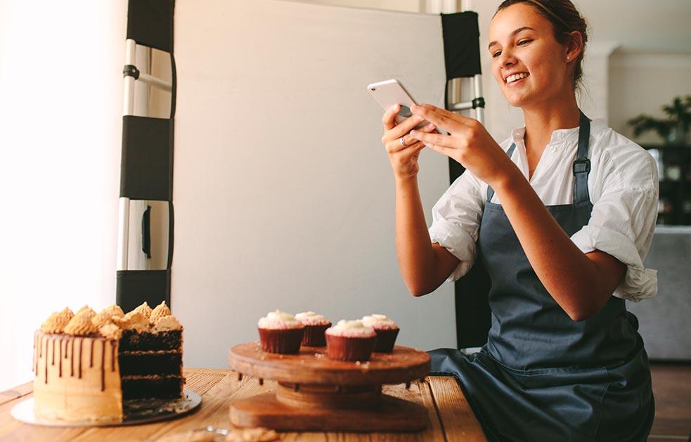 Mujer emprende negocio de postres y le toma fotos con un télefono móvil