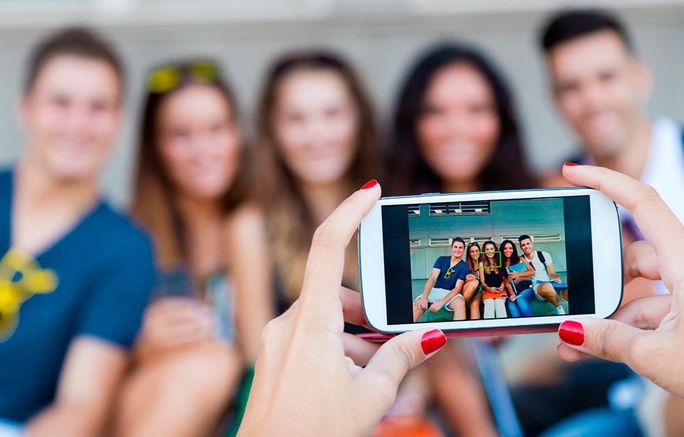 Personas se toman una foto con el télefono móvil